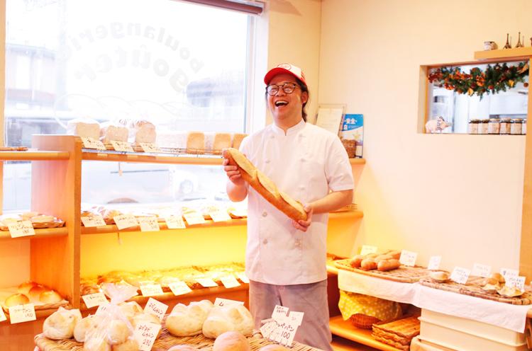 「食べれるものなら食べてみなさーい。はっはっは」とでも言いそうな(?)店主・須摩さん。当然ですがカレーパン以外の辛くないパンもたくさんありますので、安心して足を運んでください