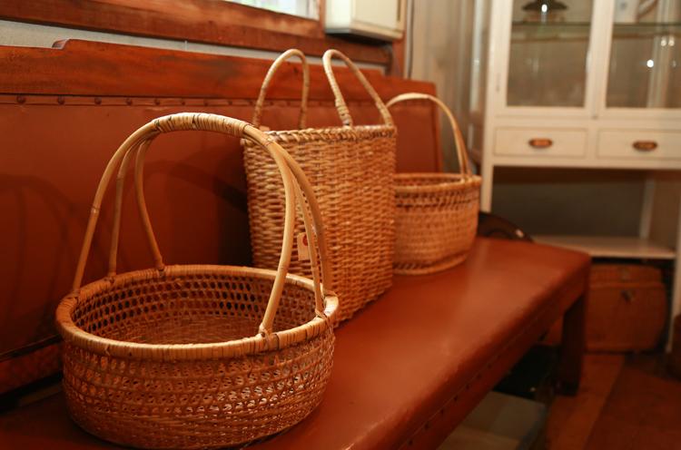 竹を編んで作られた手提 げかご