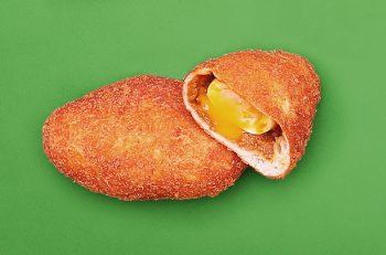 トロットロの半熟卵が丸々一個入った絶品カレーパン|三条市