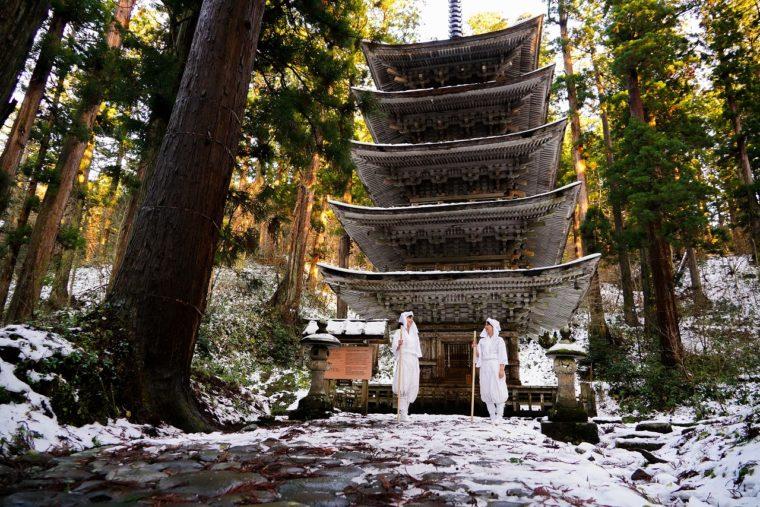 羽黒山出羽神社。境内には、国宝にも指定されている五重塔があり、夜間はライトアップもされている