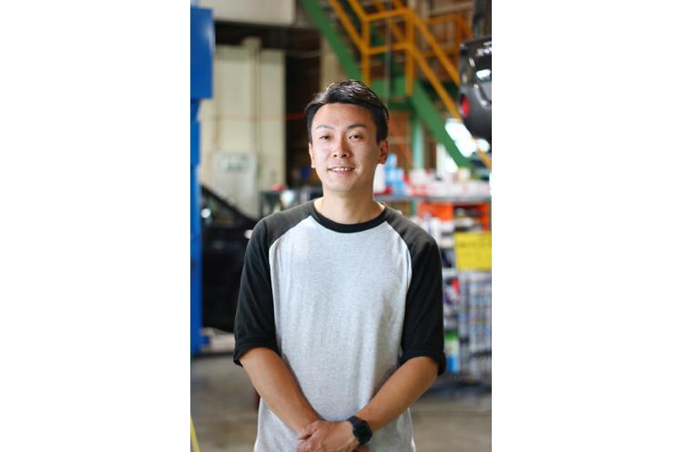 加藤隆司さん:国家2級整備士の資格を持ち、中古自動車査定士として業務に取り組む