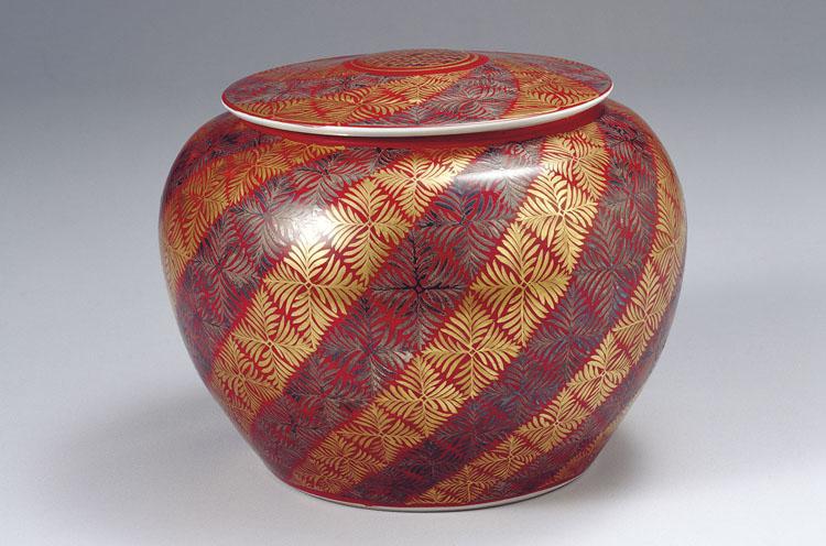 富本憲吉《磁器 赤地金銀彩羊歯模様 蓋付飾壺》(1953年、奈良県立美術館蔵)