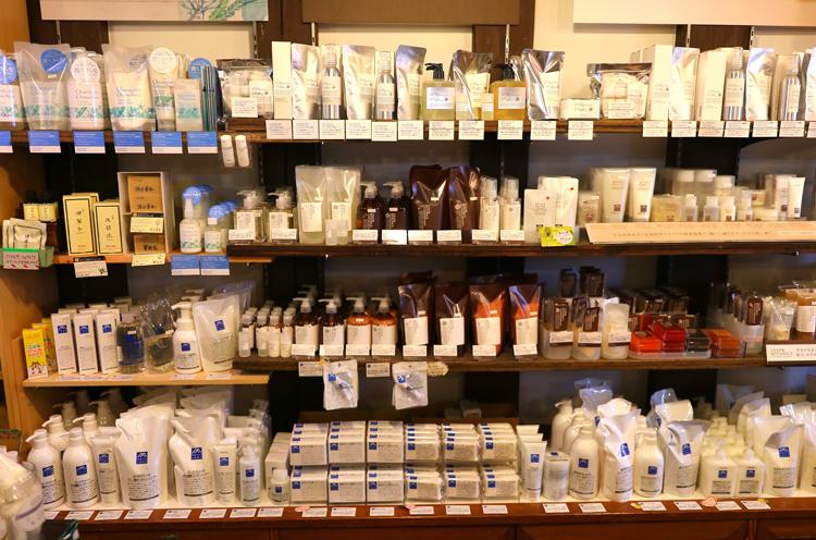 松山油脂製品は地域一番の品揃え! 「どの商品にもファンが付いてしまって、減らせないんです…(笑)」がその理由