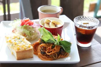 コテージ風のカフェレストランで手作りの洋食ランチを