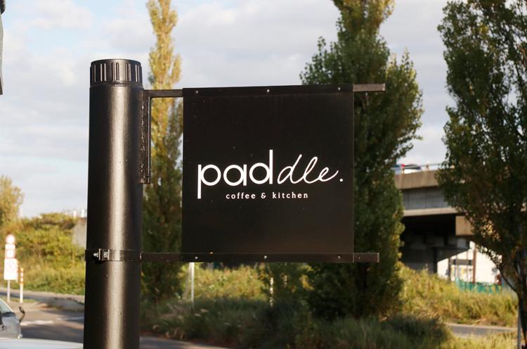 このおしゃれな看板を目印に。「pad」と「dle」で書体が異なる理由は、ぜひお店の方に聞いてみてください♪