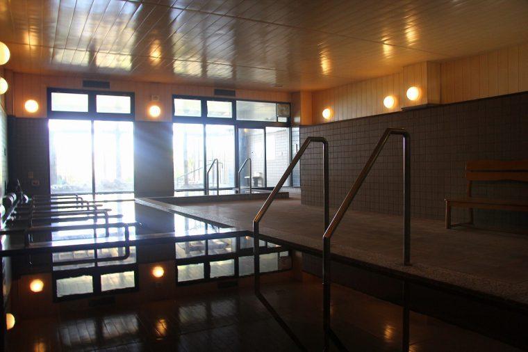 源泉100%の露天風呂、内湯は五頭山のミネラル豊富な天然水