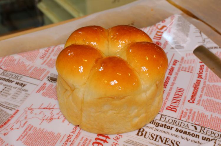 パンのてっぺんにはバニラシロップがたっぷり塗られています