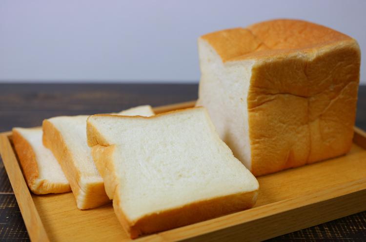 生クリームとハチミツをたっぷり使った『プレミアム食パン』(1斤400円税抜)
