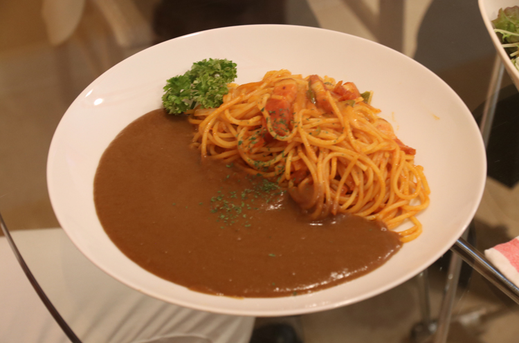 イチオシメニュー。ナポリタンとカレーがひと皿に!