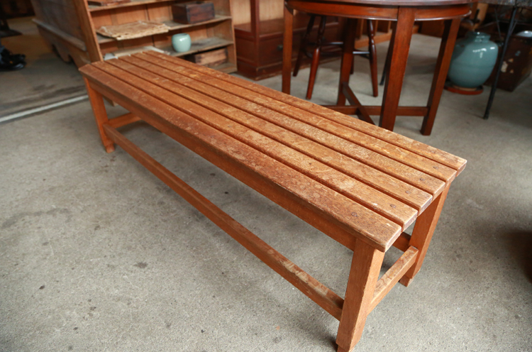 小さめの木製のベンチ