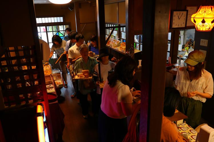 開店直後の様子。多くのお客さんで賑わっています。