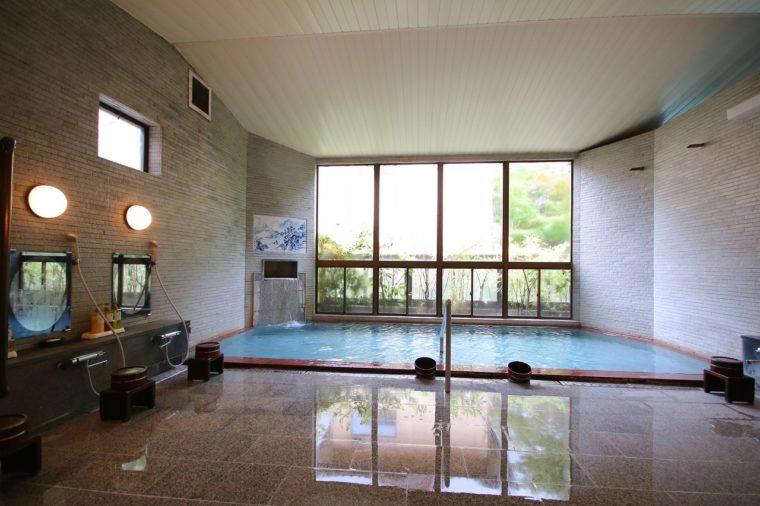 24時間入浴可能な内風呂。男女ともサウナ付き。ほか、貸切展望露天風呂あり