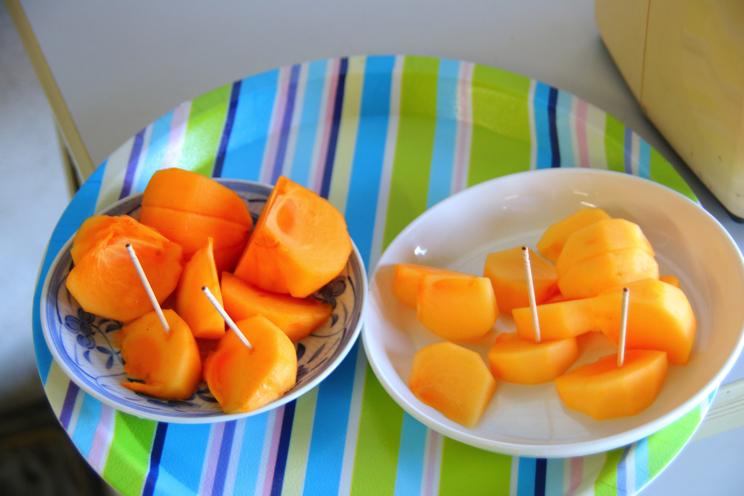 右が飛田アナが食べた渋柿。左が渋抜きされた柿。色合いが少し違いますね