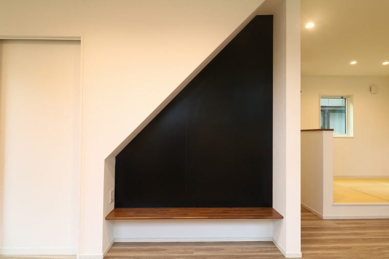 階段下のスペースにある黒板とベンチ