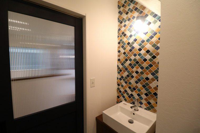 洗面所の壁もオリエンタルなタイル張り! おっしゃれ