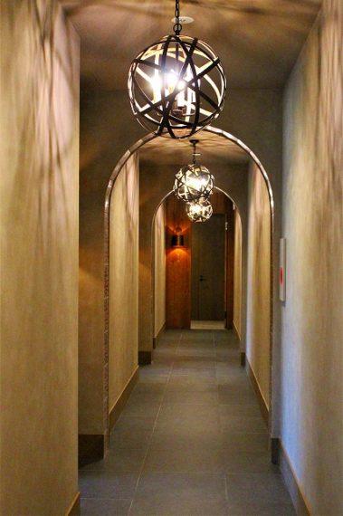 アールの天井と灯りが印象的