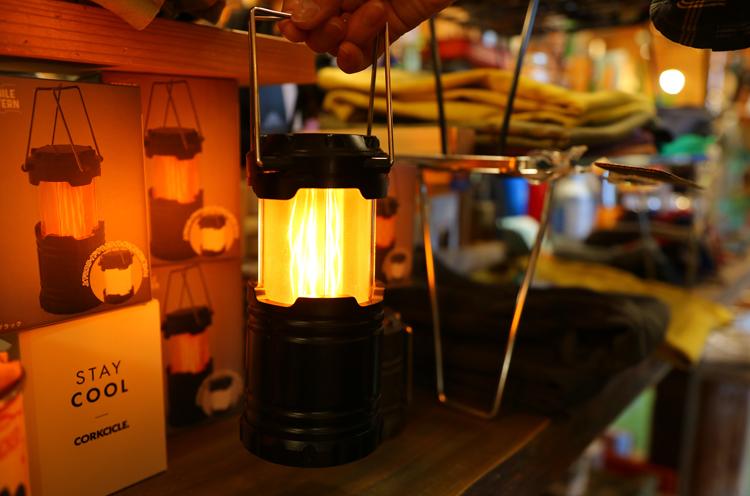 持ち手を上げるたびに、白い光、炎ふうの光、と切り替わるモバイルランタン。ベランダでビール飲むときなんかにもよさそう。S1,200円(税抜)~