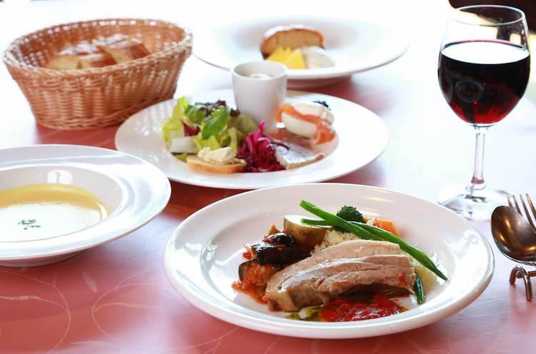 メイン料理、サラダ、スープ、パン、ドリンクの『ランチセットS』が1,200円+税。
