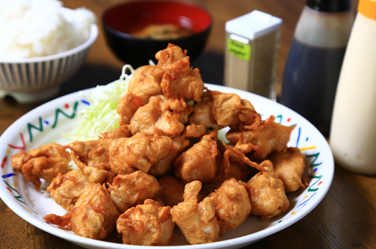『からあげ定食(+ジャンボ)』(860円税込)は唐揚げが山盛り!