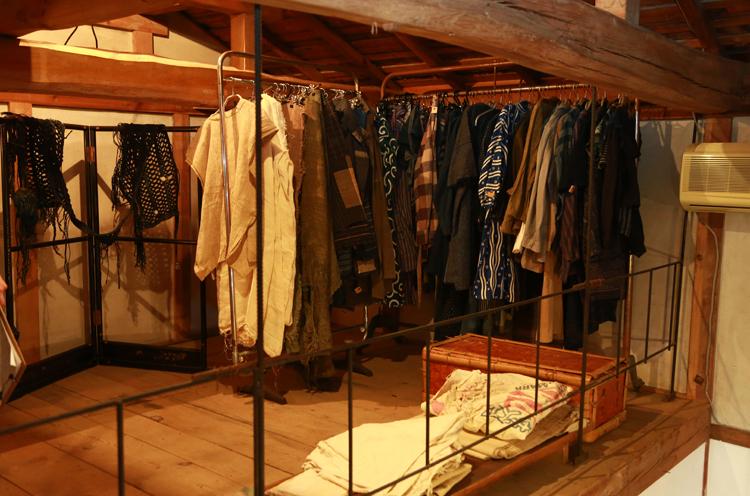 階段を登った2階のスペースには服や布も