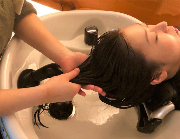 年齢とともにたるみやすくなる 頭皮。ヘッドスパでリンパの流れをよくすることで、肌や髪の老化を 防ぐ