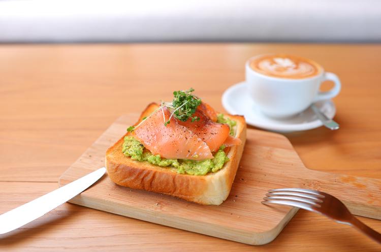 『スモークサーモンとアボカドのトースト』(650円税抜)