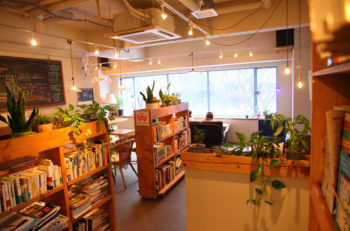 2,000冊もの本が揃うブックカフェ|新潟市中央区古町