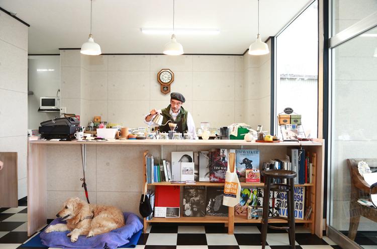 コーヒーをいれる上杉さんと看板犬のビアンカちゃん