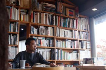 店主の知性を感じさせる、人気コーヒースタンドの本棚