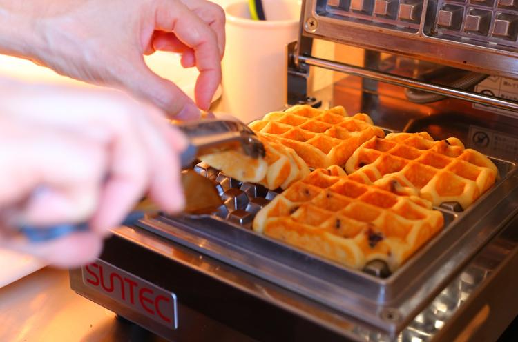 型にも発酵バターを塗るため、香り高く焼きあがります