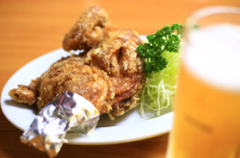 養鶏場直営のプリップリ半羽唐揚げ。やっぱりビールが合うね|三条市