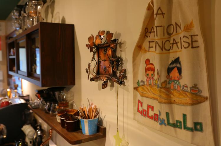 恵さんの絵や雑貨が店内を彩ります
