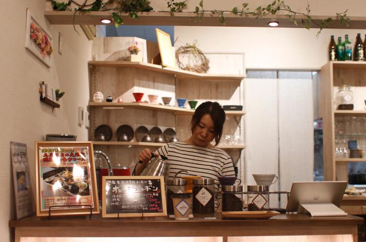 店内入ってすぐのところにコーヒーをいれるカウンターが。テイクアウトも可能です