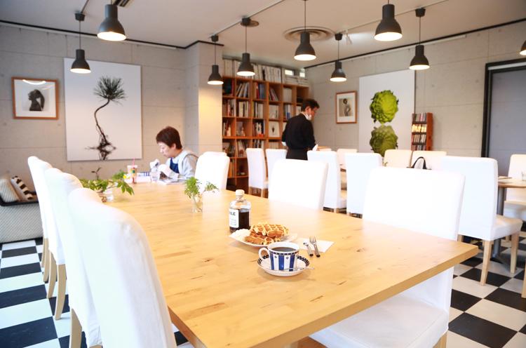 カフェスペースには上杉さんの作品やいろいろな写真集が