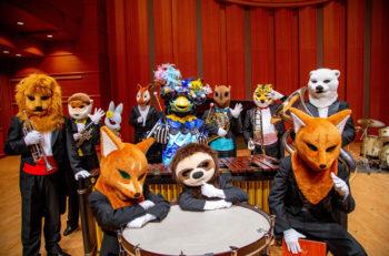 指揮者のオカピをはじめ、演奏者は動物たち! 絵本のようなコンサート