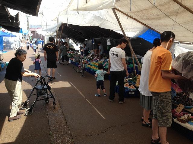 吉田定期露店市。野菜、果物、魚、雑貨、花などが並びます