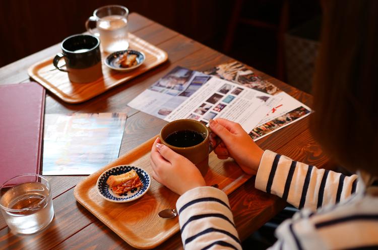 『コーヒー Hot』( 400円税込)。ほろ苦く、甘いお菓子と相性抜群