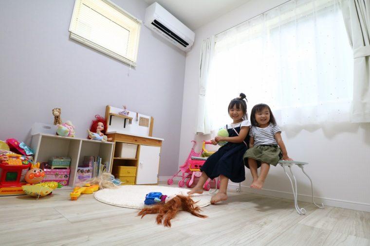 姉妹の子ども部屋。白いフローリングが部屋を明るく、女の子らしい印象に