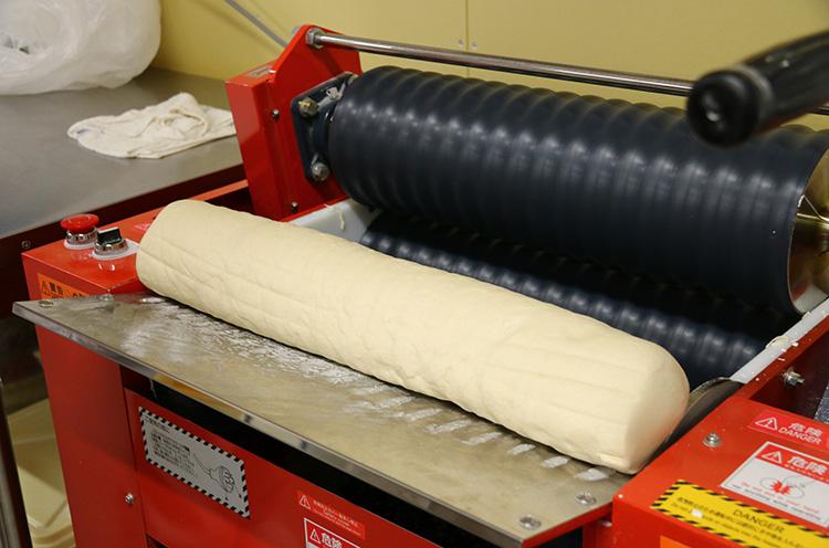 生地には、国内製造の、角中うどん専用の粉を使用