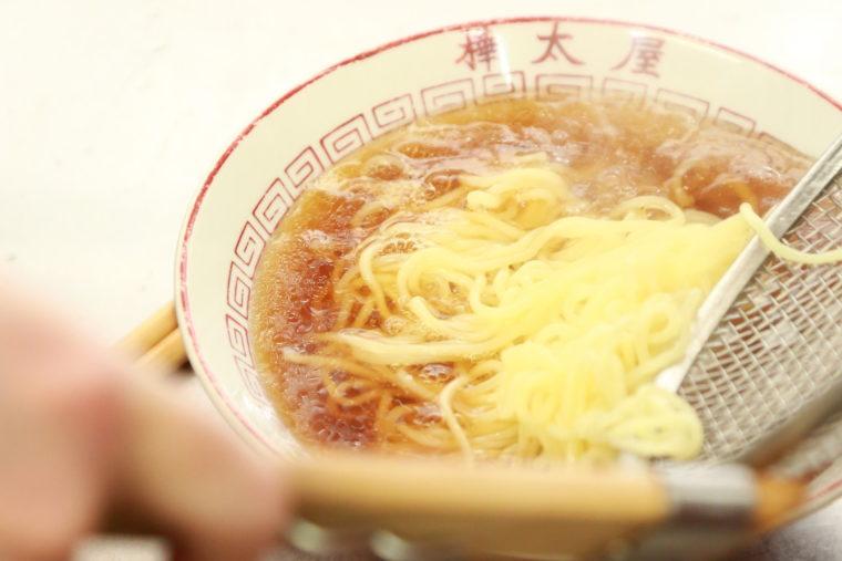 ゆでたての麺が丼の中でスープと融合!