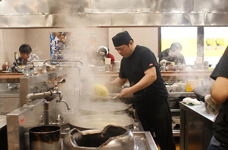 勝龍_大鍋である程度茹でたら水を注ぎ入れる。そうすることで麺を締める効果があるんだって