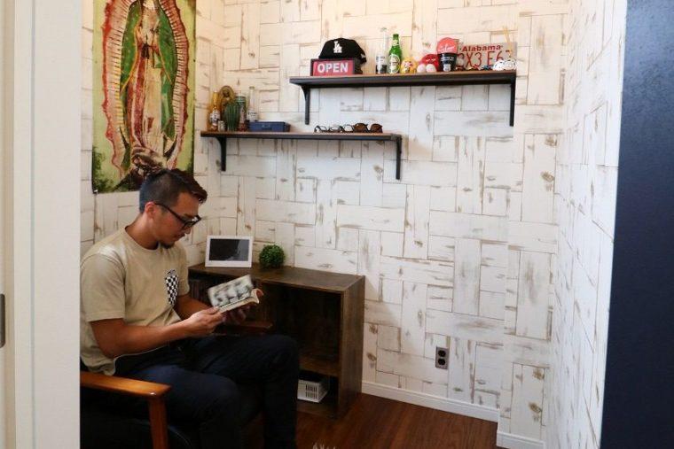 パパの書斎は2畳ほどのパーソナルな空間。壁はウッドパネルでアメリカンな雰囲気にした