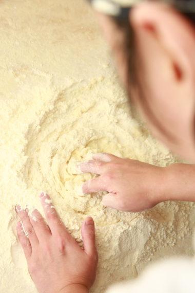 材料は小麦粉、水、かん 水のみ