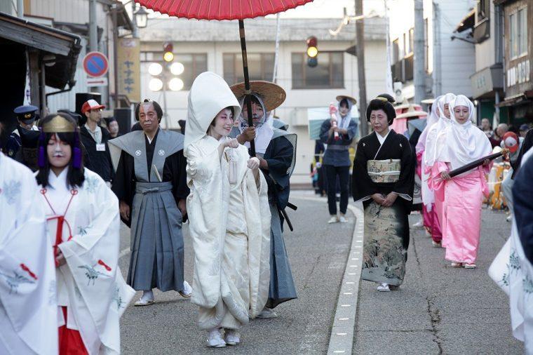 5月3日(祝)に開催、狐メイク&古式ゆかしき衣裳で津川の町中を練り歩く「つがわ狐の嫁入り行列」。毎年数万人の観光客が訪れるビッグイベントです!