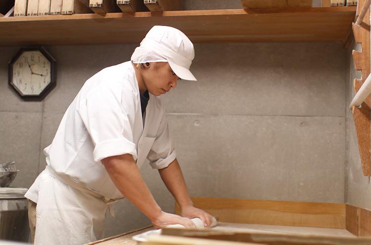 地下の製麺室で朝早くから手打ちをする