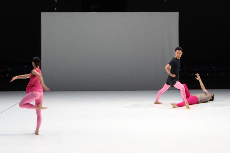 足を止めた舞踊家たちが踊り始めます
