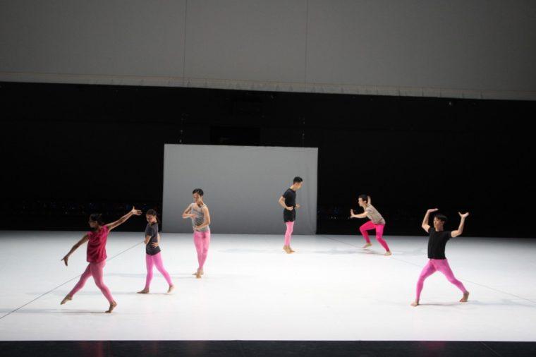 バラバラの動きを見せる舞踊家たち。この振付は彼ら自身によるものだそう! 経験も個性もバラバラな舞踊家たちゆえ、動きもとても個性的