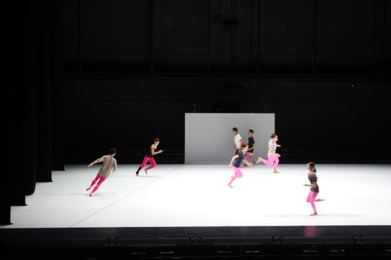 走る走る走る! 舞踊家たちが舞台上を全速力で走ります! ピンクの衣裳が印象的