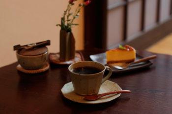 昔懐かしい雰囲気の中、手作りのうつわでコーヒーをいただこう|新潟市西区五十嵐