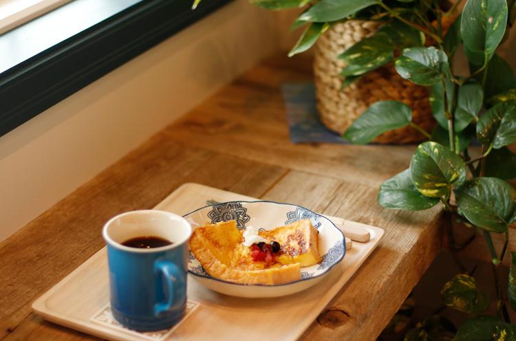 フレンチトーストは、イチ ゴやブルーベリーの甘酸っぱさがアクセントに
